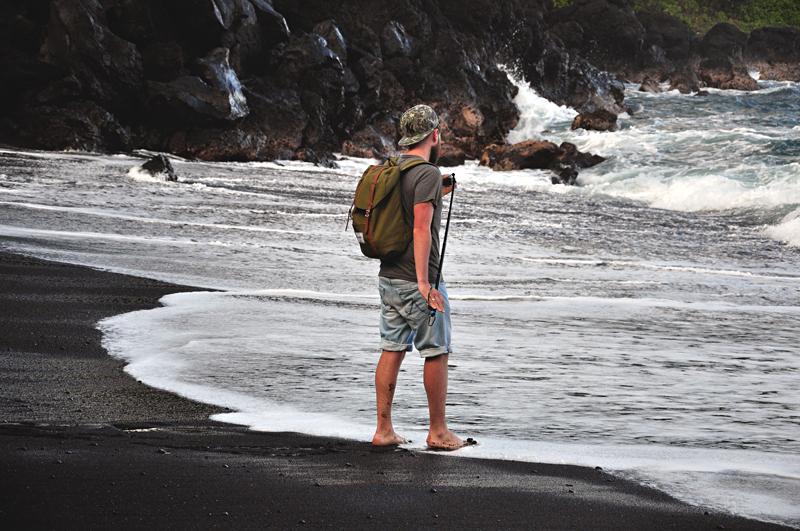 plaża z czarnym piaskiem