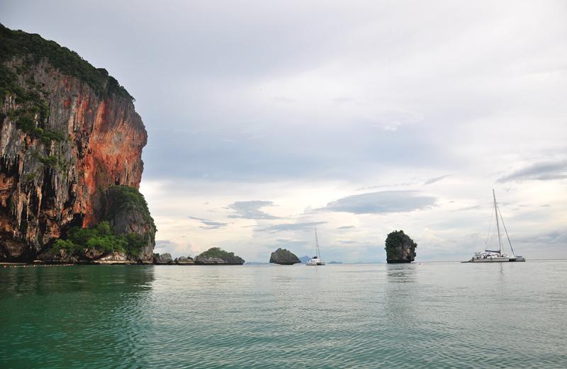 spokojna tafla wody Phranang Tajlandia
