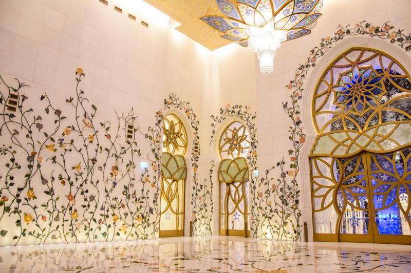 wnętrze meczetu w Abu Dhabi